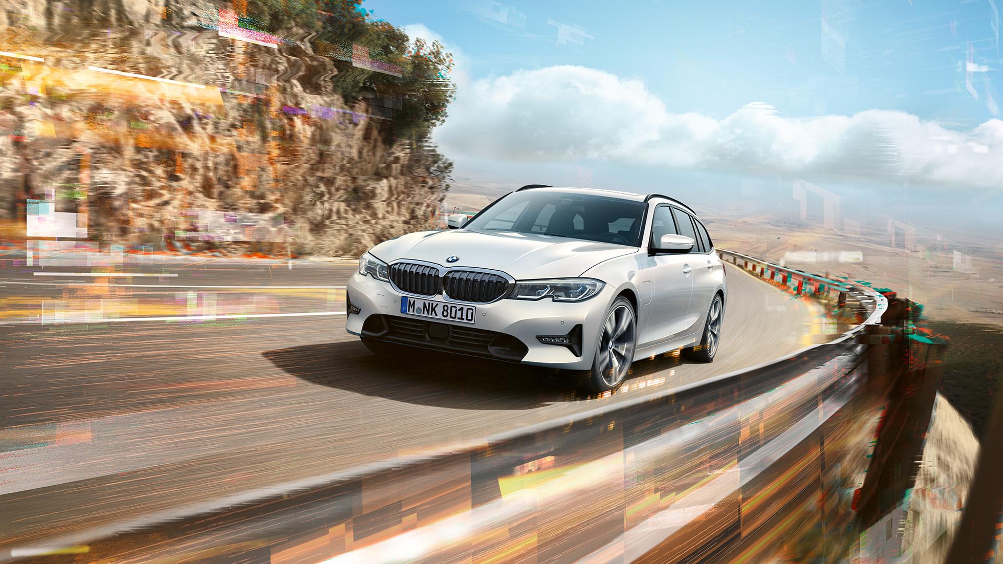 BMW Série 3 Touring, BMW 330e Plug-in Hybrid roulant sur un pont