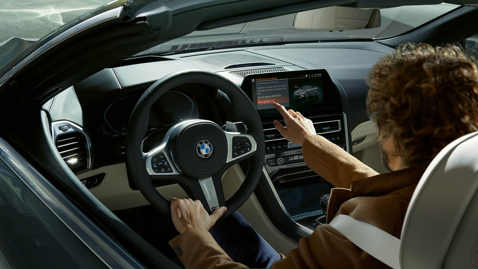 BMW M850i xDrive, le conducteur actionne le BMW Live Cockpit Professional par commande tactile.