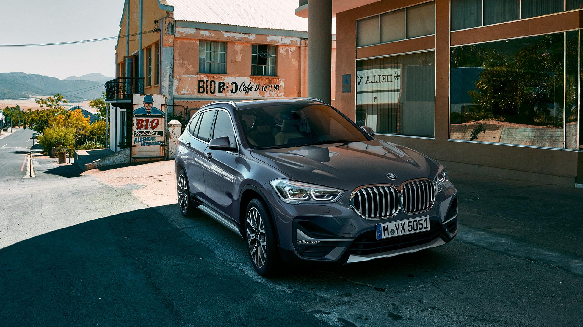 BMW X1, vue de trois quarts avant, dans un décor urbain.
