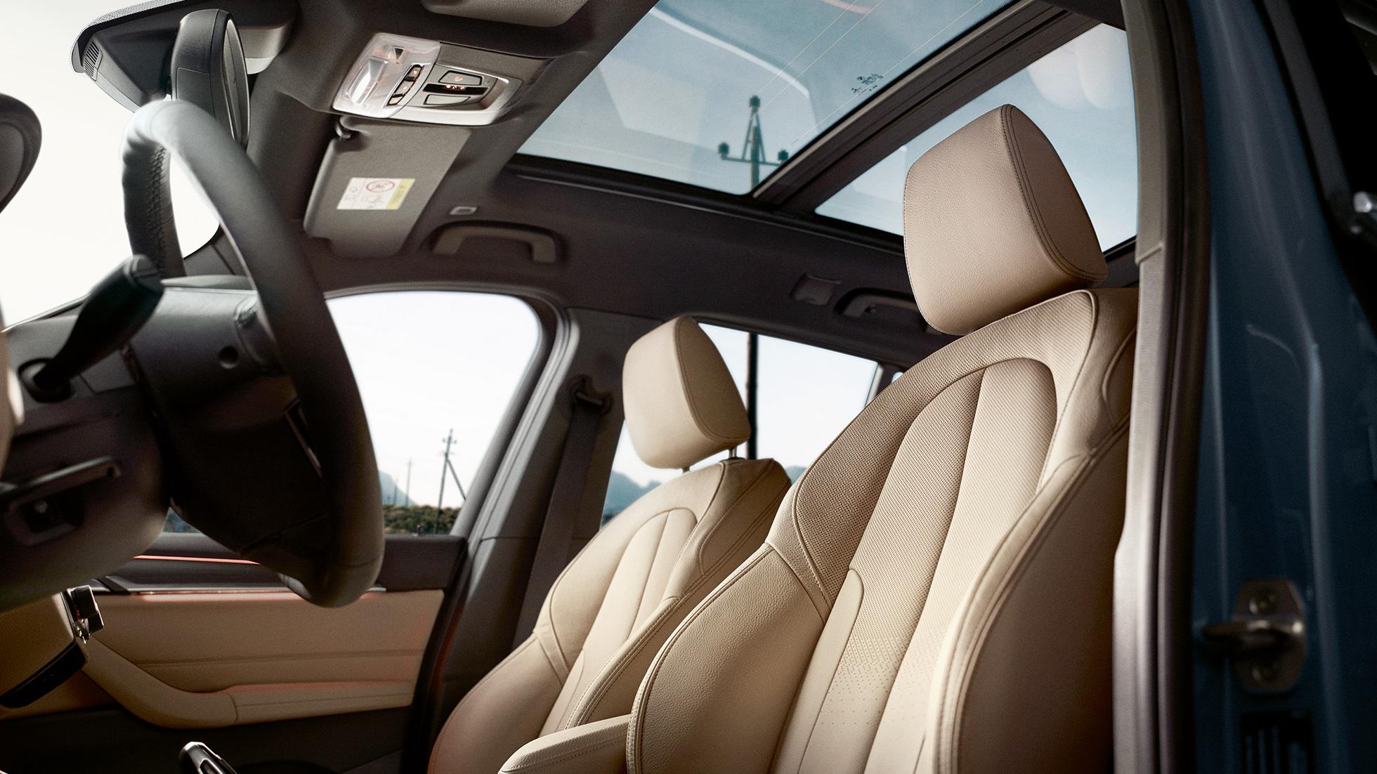 Intérieur de la BMW X1, vue sur les sièges sport ergonomiques.