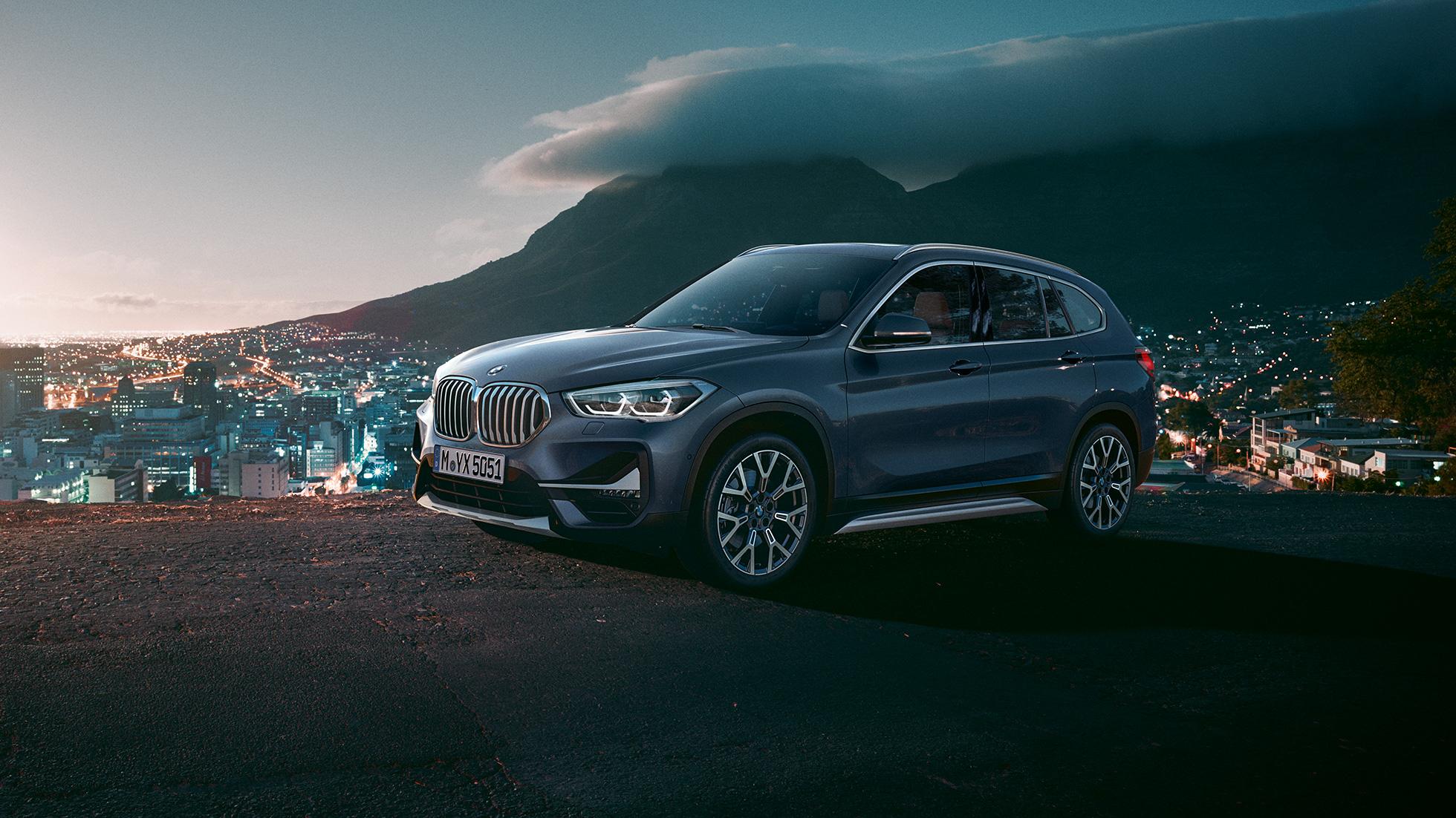BMW X1, vue trois de quarts de profil dans un décor urbain.