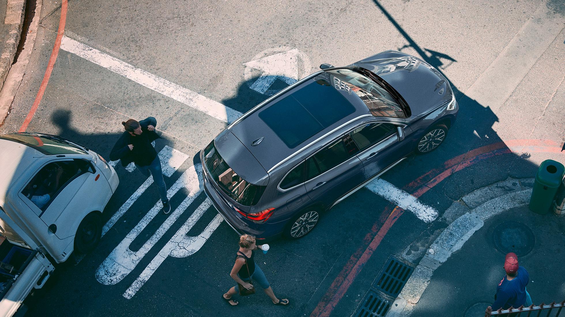 BMW X1, avec vue aérienne du toit ouvrant panoramique en verre.