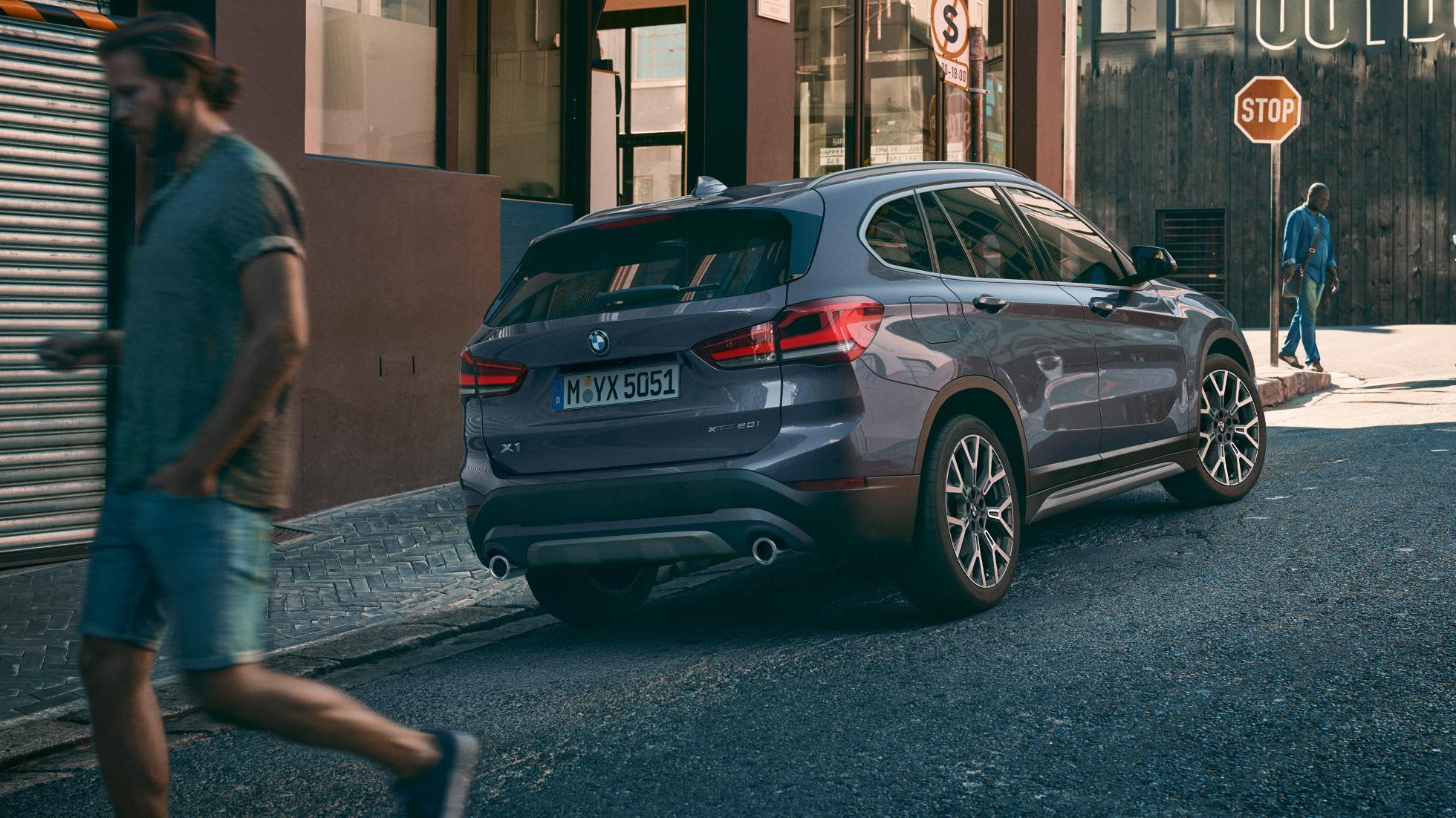 BMW X1, vue de trois quarts arrière avec vue sur les feux arrière à LED.