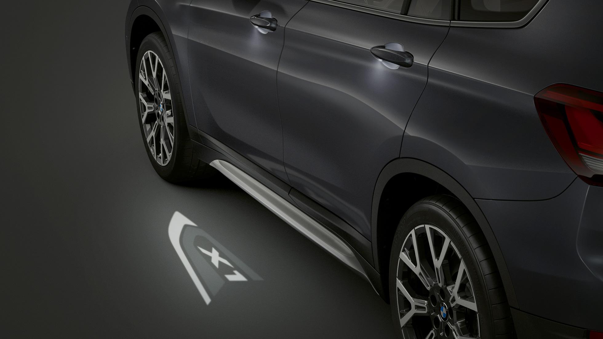 BMW X1, vue de profil avec vue sur la projection LED « X1 ».