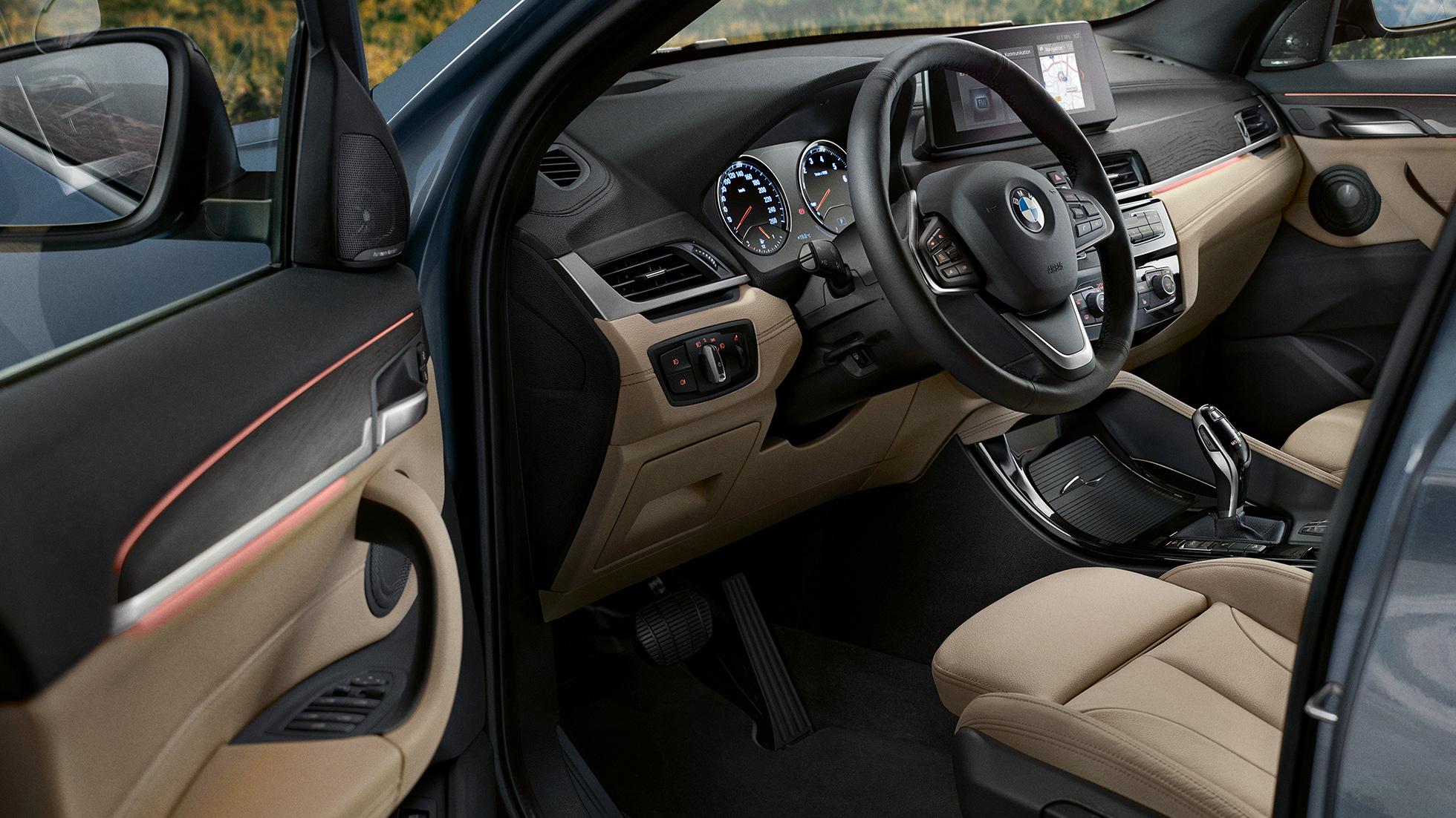 BMW X1, intérieur avec vue sur le volant multifonctions