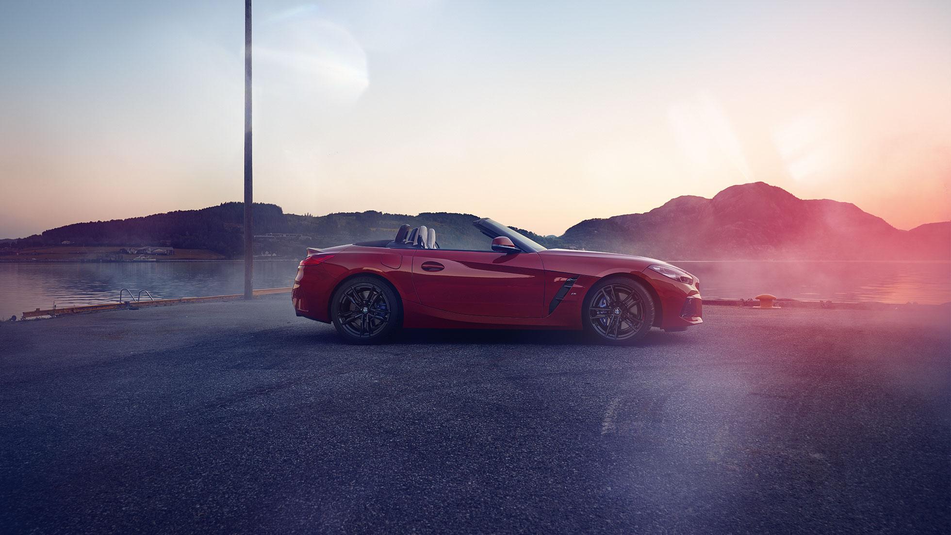 Vue de profil de la BMW Z4 Roadster devant un panorama de montagnes